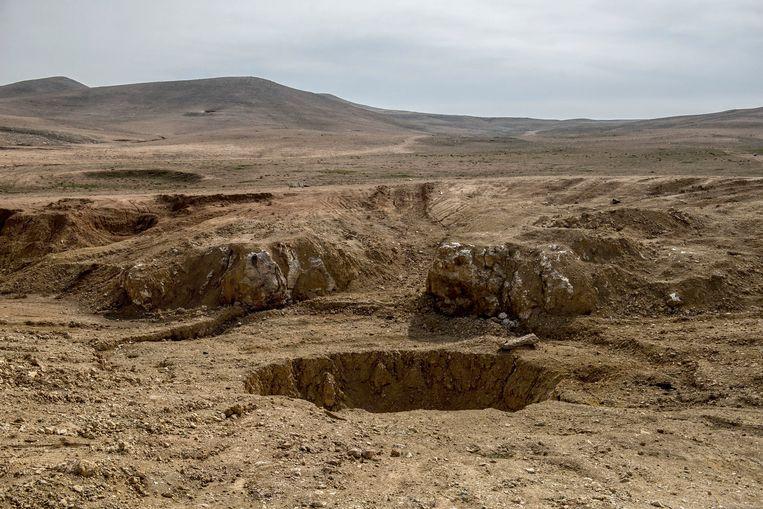 Het grootste en beruchtste massagraf in Irak is de Khasfa, een grote zinkput in de woestijn ten zuidwesten van de stad Mosul Beeld Hollandse Hoogte / Panos Pictures