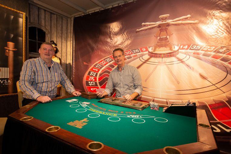 Rudy van Nuffelen en Peter Verhaert aan hun Casinotafel. Dit stuk gingen ze in een echt casino halen.