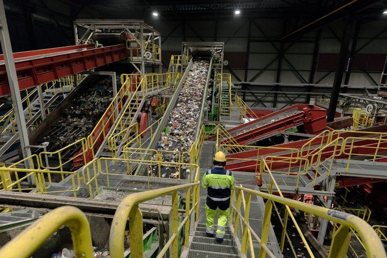 De nascheiding van afval bij AVR op Rozenburg. De eerste halte is de schudzeef, dan verplaatst een band het afval naar de windturbine.  Beeld Inge van Mill