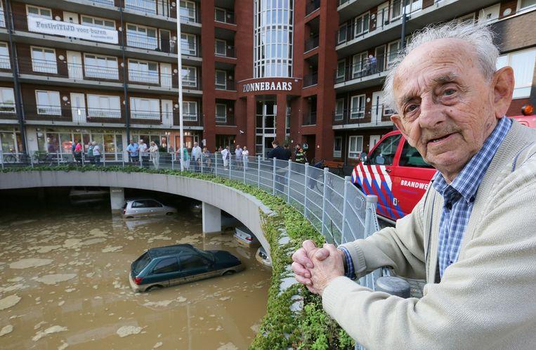 Na de regenbuien van afgelopen weekend liep in Nijmegen een parkeerkelder van een verzorgingscomplex onder water. Beeld anp