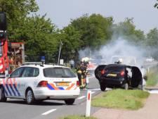 Auto vliegt in brand door botsing bij Bergambacht