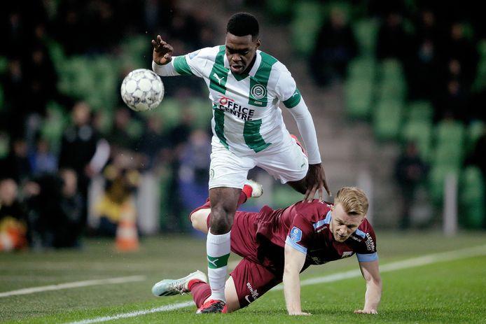 Max Clark (rood shirt) is gedaald in de pikorde van Vitesse. Hij mag weg bij de Arnhemse club.
