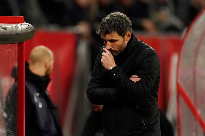 Mark van Bommel ziet het misgaan met PSV in Utrecht.