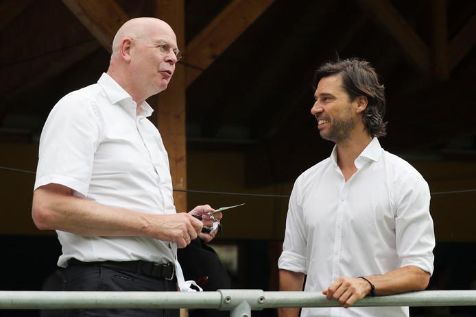 Toon Gerbrands en John de Jong, algemeen directeur en directeur voetbalzaken a.i. van PSV.