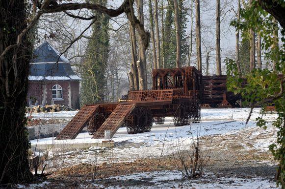 Het kasteelpark van Wim Delvoye staat vol met 'gotische' objecten die hij maakte.