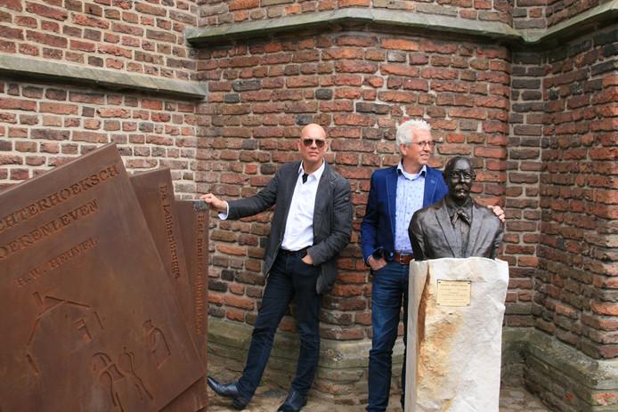 De kunstenaars Anton ter Braak en Jan te Kulve met hun beider 'meesterwerken', opgedragen aan meester/schrijver Hendrik Willem Heuvel.
