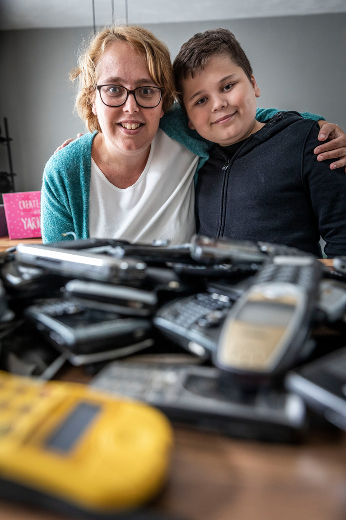 *Bram van Es* heeft een spierziekte en daarom heeft hij samen met zijn moeder *Saskia* oude mobieltjes ingezameld. Hierdoor hebben ze 1500 euro weten op te halen.