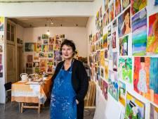 Arnhemse kunstenares Hanni Stolker steekt de draak met familievenijn