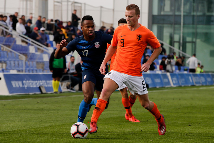 Dani de Wit in actie voor Jong Oranje tegen de Verenigde Staten.