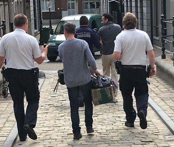 Beklaagde Abdilhedi A. uit Heusden-Zolder (achteraan) wordt naar de gevangenis teruggebracht.