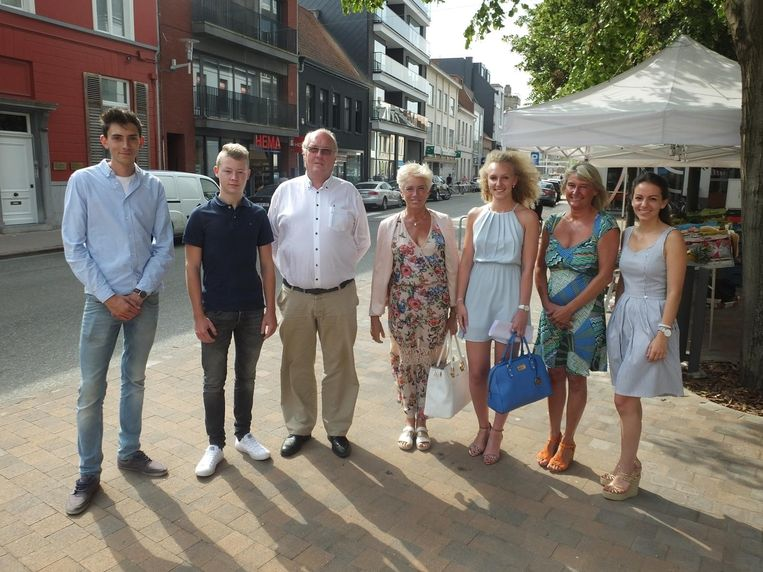 Aaron Schepens, Bram Van den Heede, Eddy en Ingrid Lannoo, Aurélie Lemeire, Regine Wulteput en Elena Raone in de Tolpoortstraat.