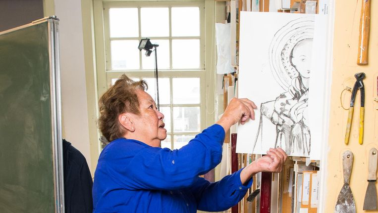 Agnes Kreegeler (80) ruimt haar tekeningen op in het monumentale pand op de Geldersekade. Beeld Mats van Soolingen