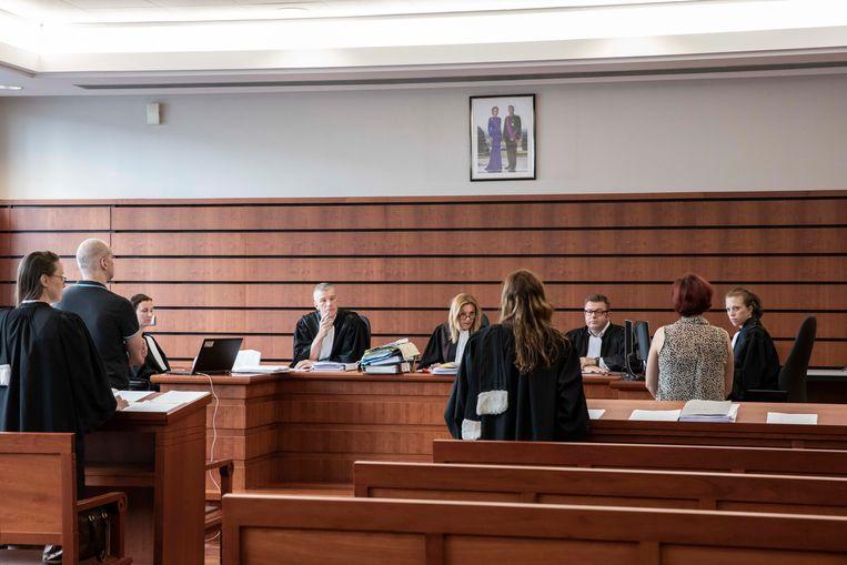 Beklaagde D. (links in beeld rechtstaand voor zijn advocaat) voor de strafrechtbank in Tongeren