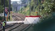 Bejaarde man komt met rolstoel klem te zitten op spoorweg en wordt gegrepen door trein: slachtoffer overleden
