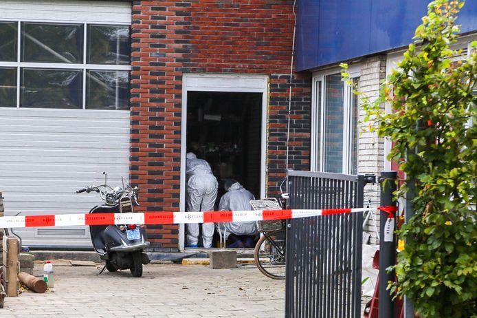 Aan de Zwijndrechtse Gildenweg is donderdagochtend een dode vrouw aangetroffen.