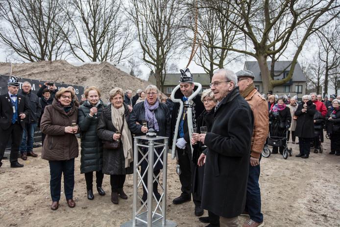 Veel betrokkenen waren vrijdag aanwezig bij de officiële start van de nieuwbouw van het gemeentehuis in Son.