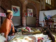 Deventer kerk vol meubels en kunstwerken in stijlkamers van kunstenares Jessica Heijkoop