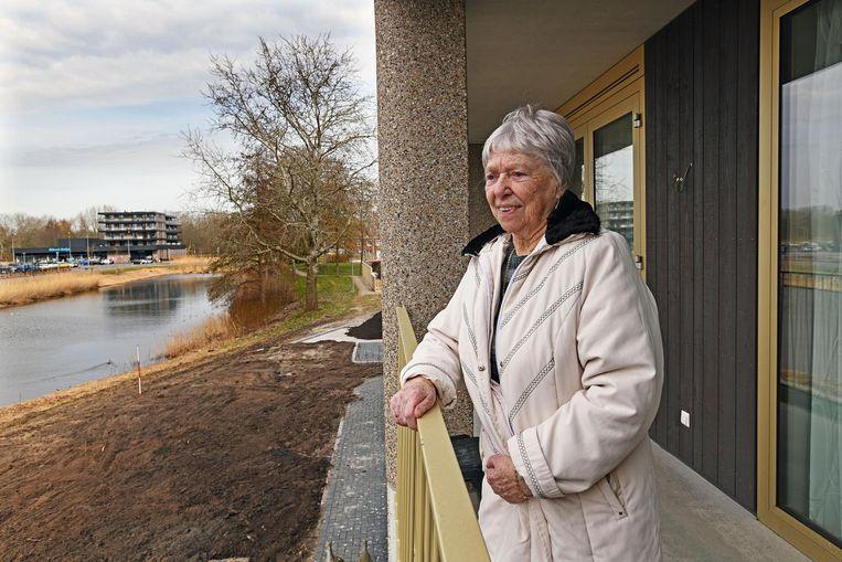 Martha van Hekken bij haar sociale huurwoning in het chique complex 'het Tuinhuis' in Almere Haven. Beeld null