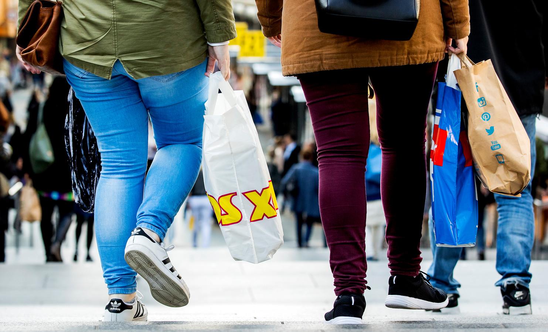 Kinderen uit arme gezinnen hebben meestal niet de luxe om te shoppen. Met de Fashioncheque die de Brummense kinderen krijgen kunnen ze wel nieuwe dingen kopen.