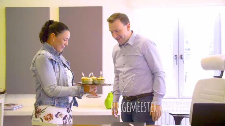 An Steyvers laat burgemeester Steven Matheï van haar cupcakes proeven.
