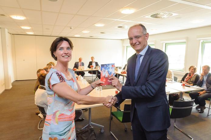 Onno van Veldhuizen, voorzitter van Regio Twente, ontvangt de Welcome Guide to Twente