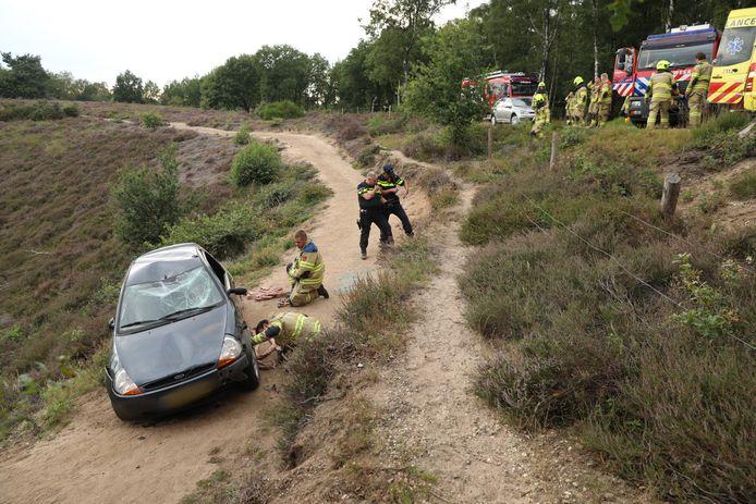 Een automobilist (70) is met zijn auto van de weg geraakt op de Posbank en over de kop geslagen.
