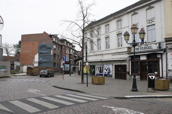 De Kaasmarkt, met allemaal leegstaande panden, waaronder een bloemenwinkel en het voormalige café De Vlegel.