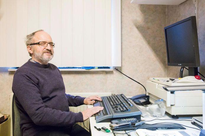 De 64-jarige Michel Claesen aan zijn computer met brailletoetsenbord.