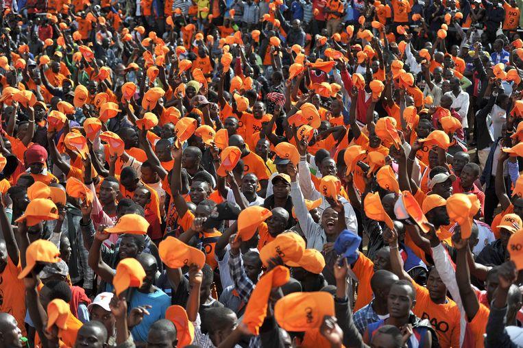 Aanhangers van oppositieleider Raila Odinga luisteren naar hun leider, die hen oproept de verkiezingen te boycotten.  Beeld AFP