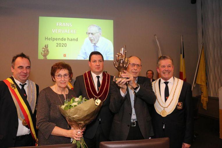 De leden van de Orde van de Ezel in Kuurne hebben hun Erkentelijkheidstrofee 'De Helpende Hand' uitgereikt aan Frans Vervaeke.
