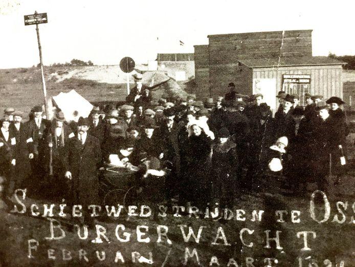 De Osse burgerwacht en publiek bij schietwedstrijden op de Hazenakker in maart 1921
