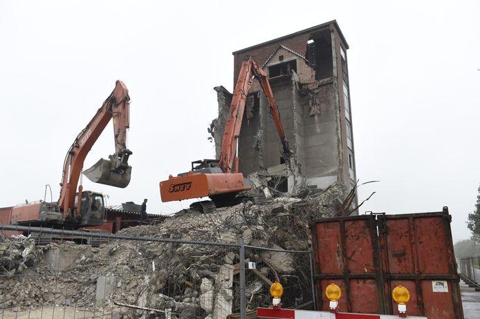 Met zware bouwkranen wordt het gebouw platgelegd. De locatie wordt een parking.
