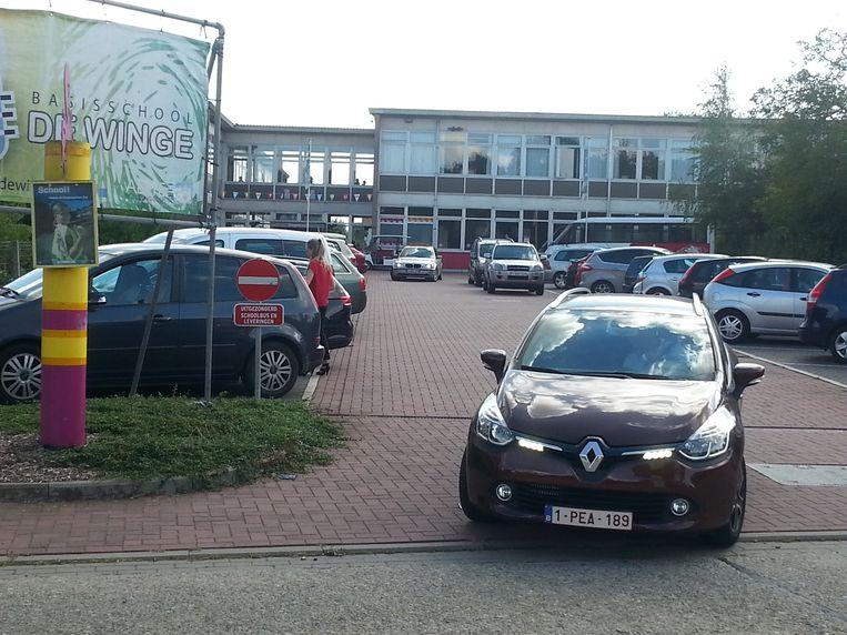 De parking na schooltijd. Dubbel parkeren is er gangbaar.