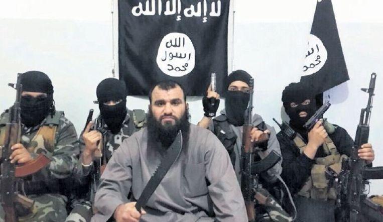 null Beeld Geboren Irakees Khalid K. uit Almere vecht in Syrië voor een islamitische staat. Op een andere foto poseert de djihadist met vijf gesnelde hoofden voor hem op de grond.