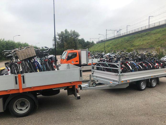 De achtergelaten fietsen zijn met vrachtwagens van de gemeente afgevoerd.
