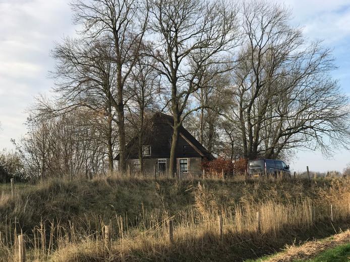 De recherche treft voorbereidingen bij het vakantiehuisje in Hooge Zwaluwe.