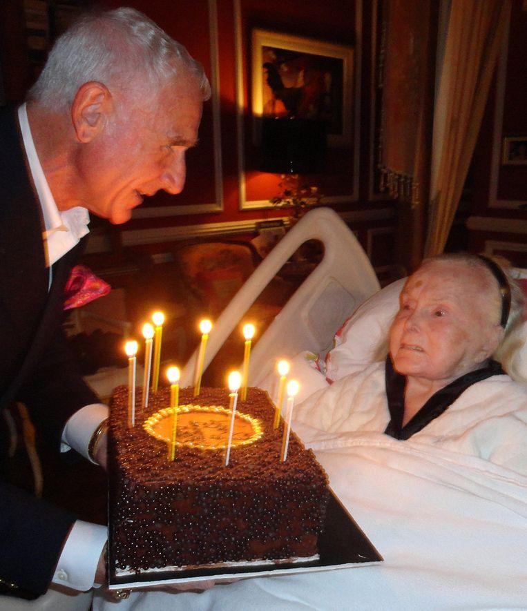 Zsa Zsa Gabor krijgt taart van Frederic op haar 95ste verjaardag. Beeld REUTERS