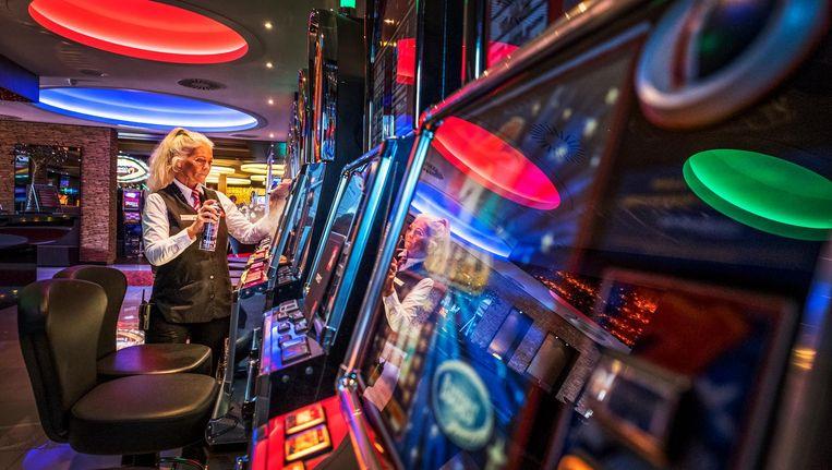 De gokautomaten worden gepoetst in het Flamingo casino in Hoorn Beeld Raymond Rutting