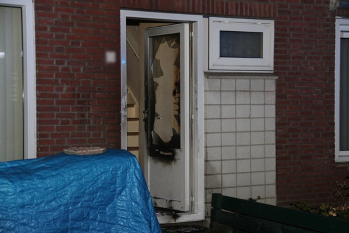 De voordeur van de woning raakte zwaar beschadigd.