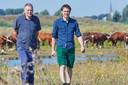 Cor (links) en Jasper Spierings bij hun Brandrode runderen.