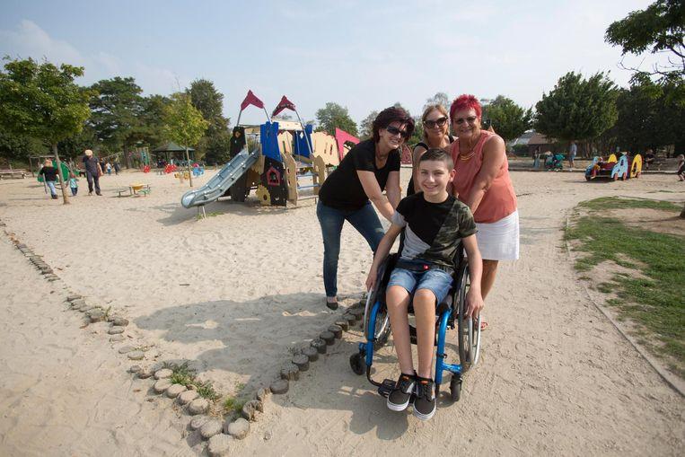 Laurens kan met zijn rolstoel moeilijk door het zand aan de speeltuigen aan De Motten.