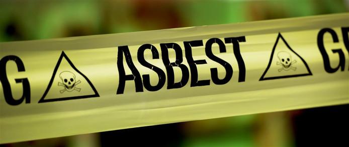 Een lint waarschuwt voorbijgangers voor asbest.