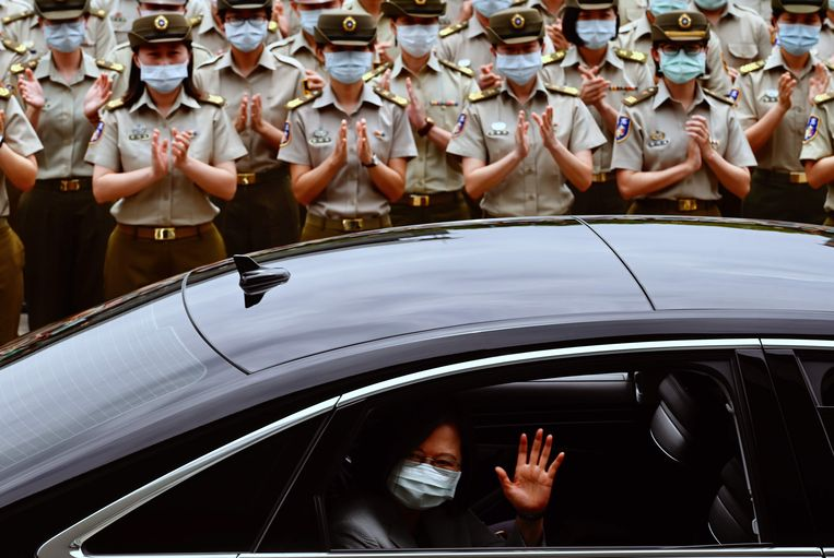 De nieuwe president van Taiwan Tsai Ing-wen zwaait naar haar troepen in Taipei.