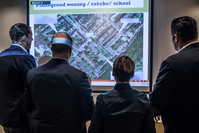 Briefing voor beveiligers 's ochtends in Den Haag.