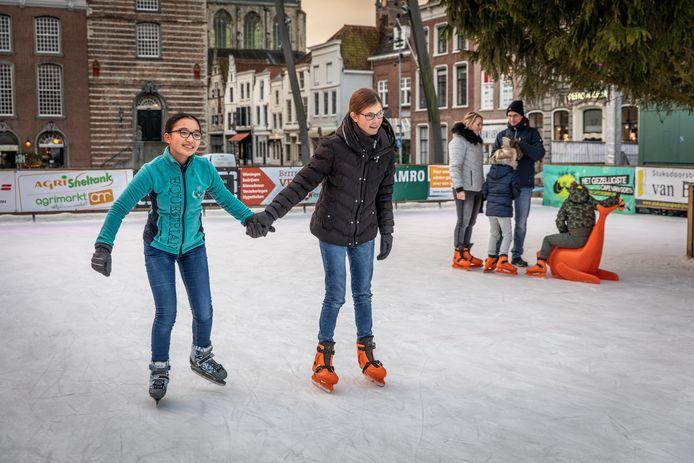 De ijsbaan op de Grote Markt in Goes was afgelopen winter één dagdeel gereserveerd voor slechtziende kinderen. Zhou Chen van der Beek (links) en Kim Kreeft (rechts) genoten toen van het schaatsen met lotgenoten.