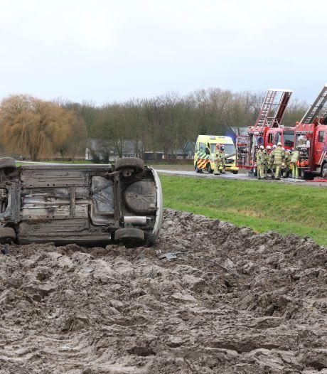 Automobiliste crasht in weiland Swifterbant; behulpzame man vast in blubberberm