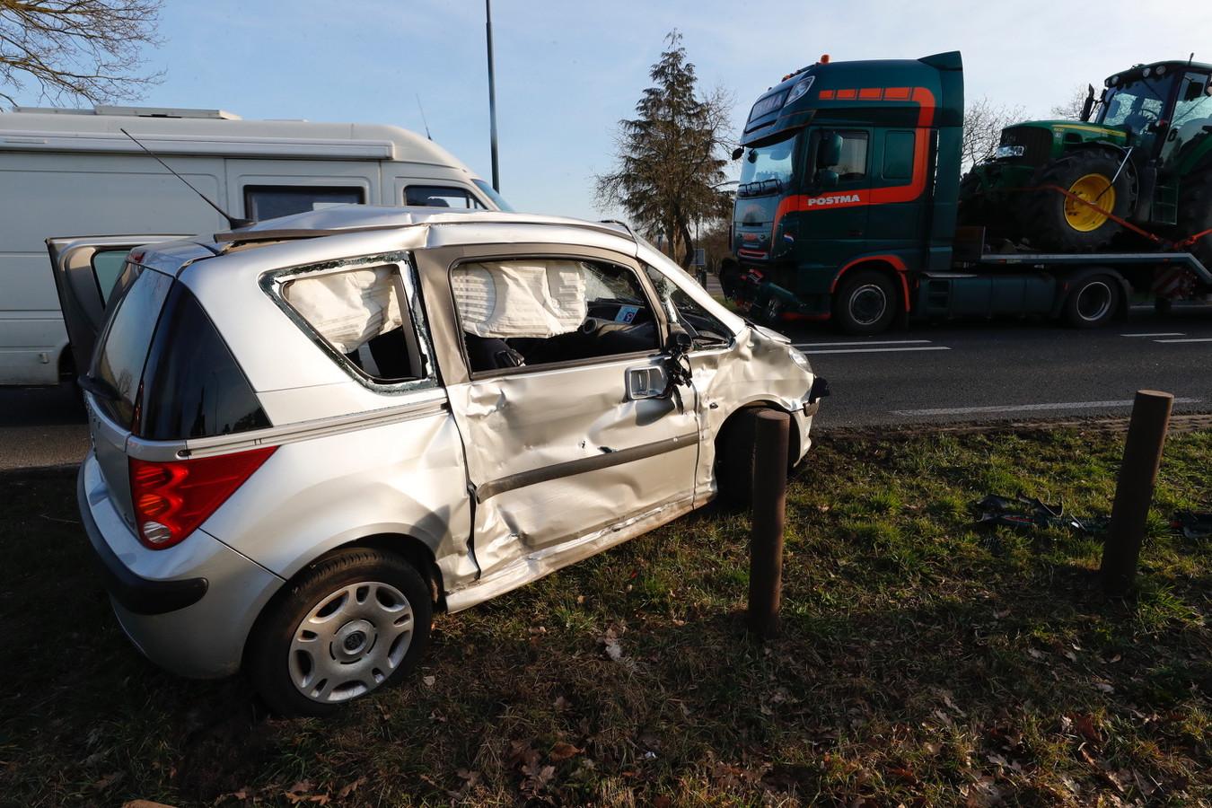 Auto beschadigd na aanrijding met vrachtwagen in Bladel