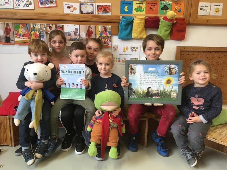 Kinderen De Zandloper stappen voor hun overleden juf Greta