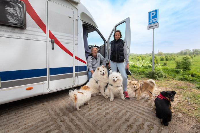 Dirk en Anja Grabe met hun honden op de camperplaats in Wageningen