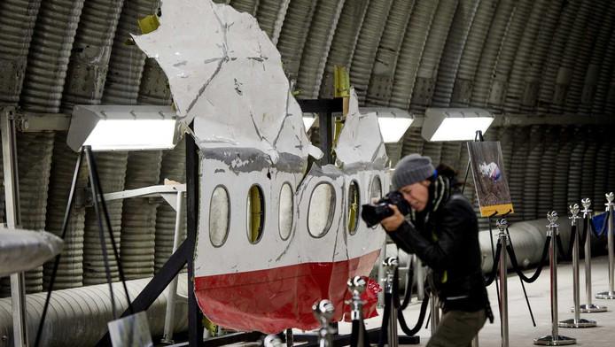 In de hangar staan iverse brokstukken van de MH17.